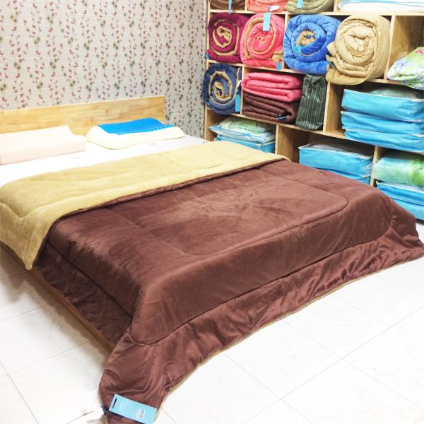 Chăn lông cừu Kyoryo màu nâu cà phê 2m x 2m3 chụp tại showrom